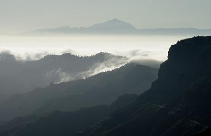 Der Nebel lichtet sich in den Bergen